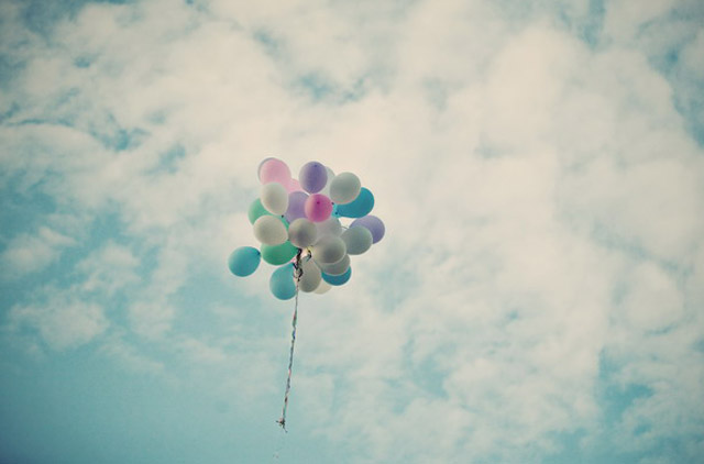 Alix und Emmanuel's Traumhochzeit in Frankreich - Die Luftballons