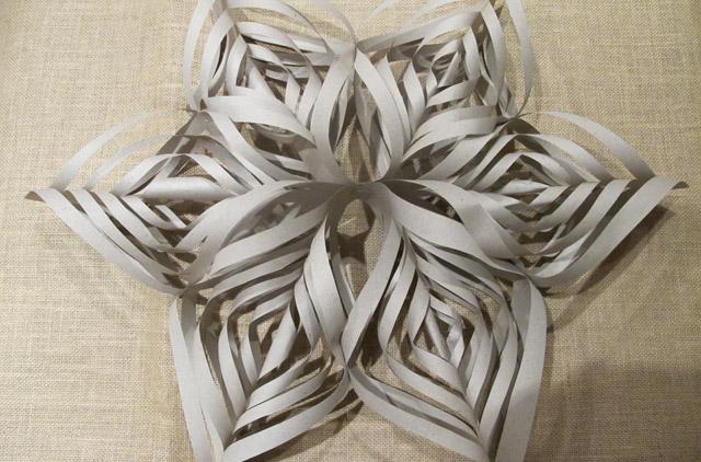 3d schneeflocken girlande zum selbermachen hochzeitswahn. Black Bedroom Furniture Sets. Home Design Ideas