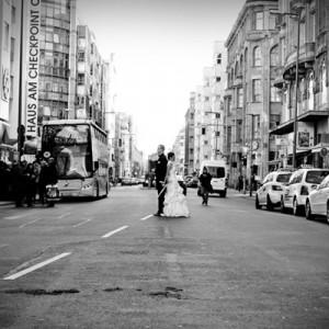 Gesine und Roman am Checkpoint Charlie