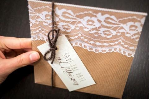 Lavendel-Hochzeitspapeterie mit verzierter Spitze von MarryMe