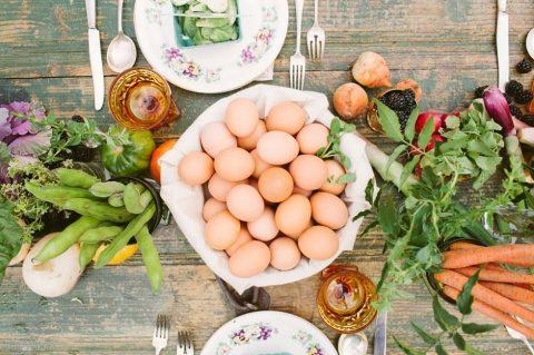 Tischdekoration wie ein hübscher Gemüsegarten von Cluney Photo