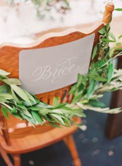 Eine beerenfarbige Herbst-Hochzeitsinspiration voller schöner Details