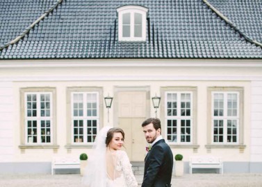 Moderne Elie Saab Hochzeitsinspiration von Camilla Jørvad Photography und Vintage Bride