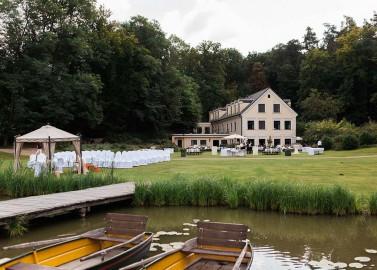 Isa + Philipp's Outdoor-Hochzeit auf Gut Klostermühle von Ashley Ludaescher Photography