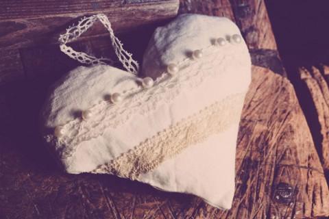 Bezaubernder Vintage-Brautlook mit Haaraccessoires von Edita Rosenrot