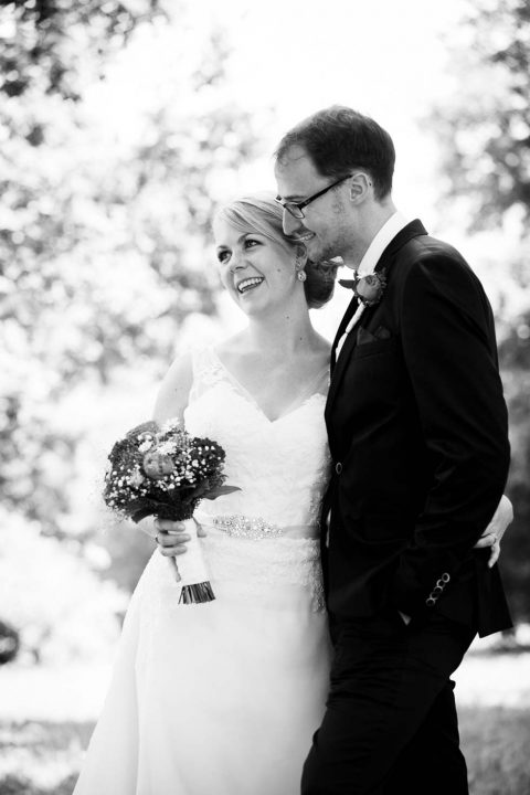Romantisches Hochzeitsvergnügen und im Grünen