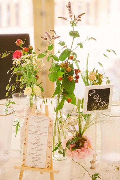 Hübsch, dekoriertes DIY-Sommerhochzeitsfest auf dem Lande