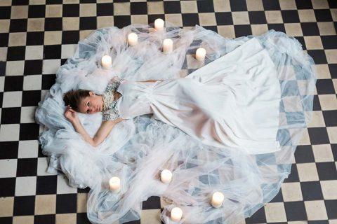 Tiefrote, romantische Brautinspiration in der Berliner Malzfabrik