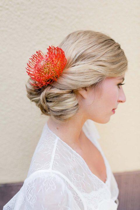 Trendige Hochzeitsfrisuren für romantische Sommerhochzeiten