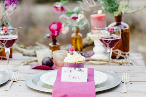 Romantische Boho-Hochzeitsinspiration in leuchtenden Beerenfarben