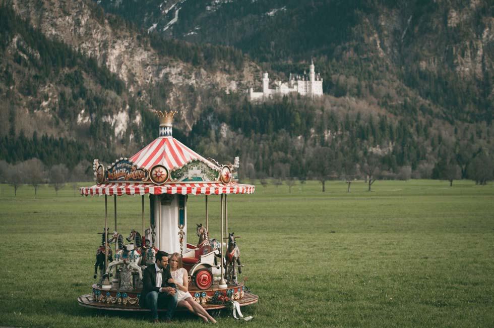 Nostalgiekarussellfahrt am Fusse des Märchenschlosses Neuschwanstein