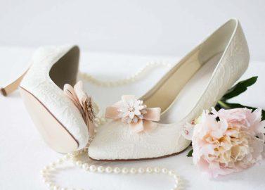 Hübsche DIY-Schuhclips aus Samtbändern