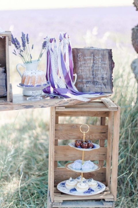 Französische Teeparty im Lavendelfeld der Provence