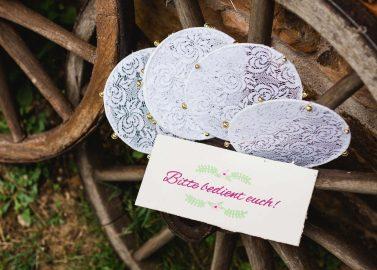 DIY-Tamburine für eine sommerliche Begrüßung des Brautpaares