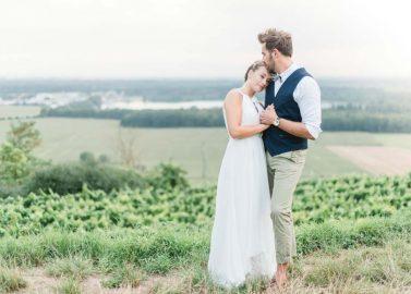 Eine melancholische Herbst-Hochzeitsinspiration in Beerentönen