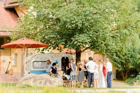 Eine Sommerhochzeit mit Papier-Vogelschwarm als besonderes Hochzeitssdetail