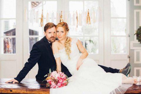 Ein farbenkräftiger Hochzeitstraum in Coral und Gold
