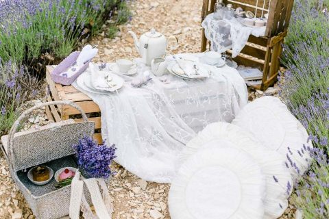 Ein Hochzeits-Picknick im Lavendelfeld