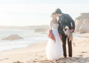 Herbstliche Strandhochzeit an der Küste Kaliforniens