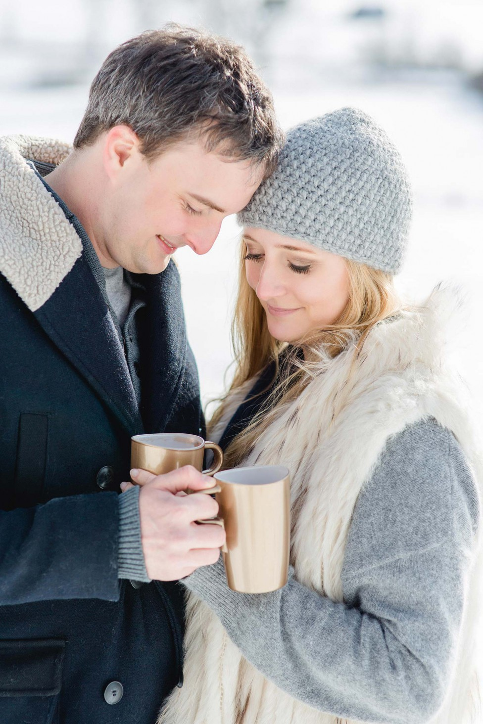 Winterliches Engagement-Shooting in Blau & Gold