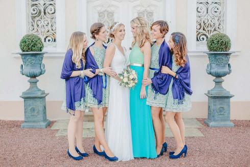 Lena & Sebastian: Pavillon-Hochzeit in Blau- & Gold-Nuancen