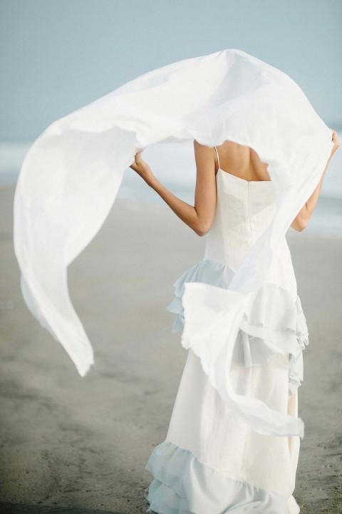 Stille Hochzeits-Romantik am blauen Ufer von Lima