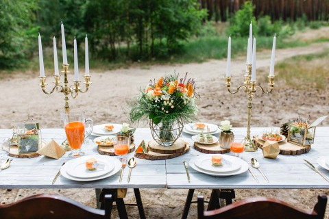 Into the Wood: moderne Waldhochzeit in Orange & Gold