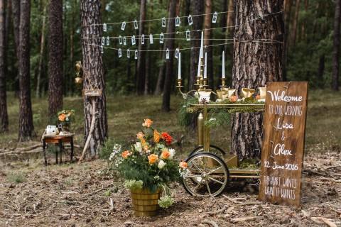 Into the Wood: moderne Waldhochzeit in Orange & Gold