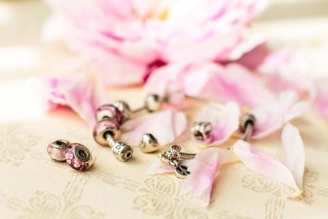 Alice heiratet elegant im Hochzeitswonderland