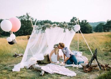 Romantischer Heiratsantrag auf der spätsommerlichen Wiese