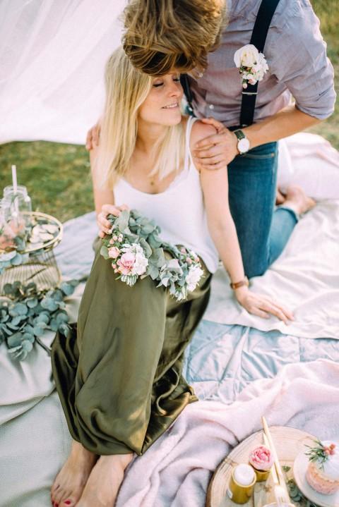 Romantischer Heiratsantrag auf der spätsommerliche Wiese