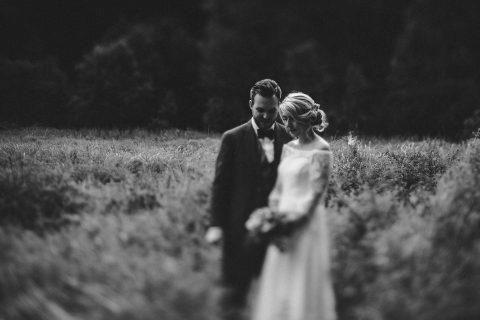 Kristin & Hannes: Rustikale Boho-Liebe unter freiem Himmel