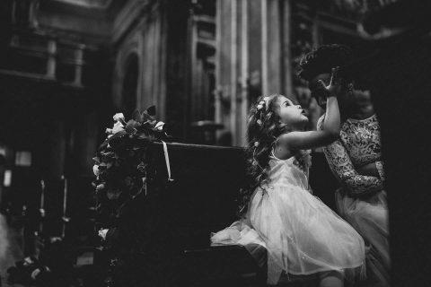 Susanne & Paolo: Kirchenromantik und weiße Rosen