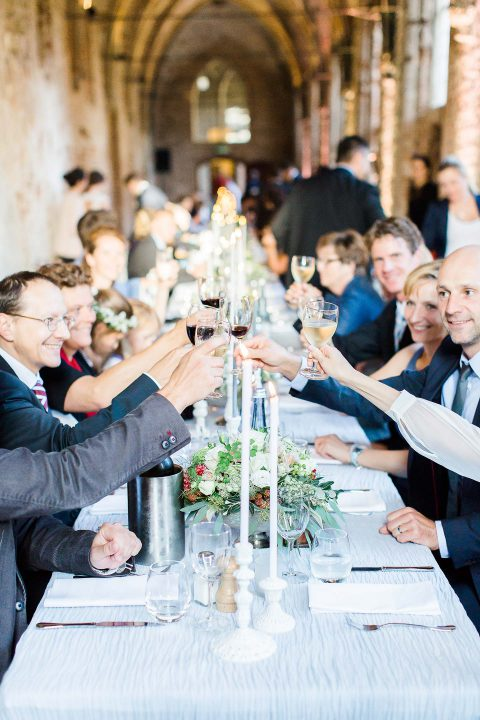 Maike & Arthur: Frühherbstliche Hochzeit im Kloster