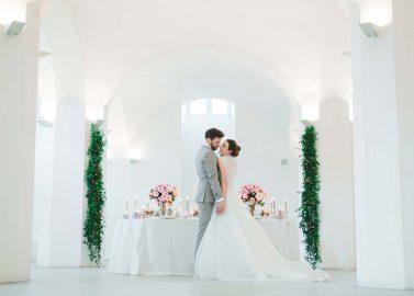 Urbane Hochzeitsinspiration in Rosenquarz & Grau
