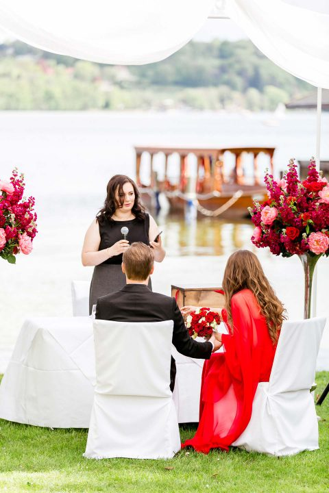 Karoline & Andreas: rote Frühlingshochzeit am See