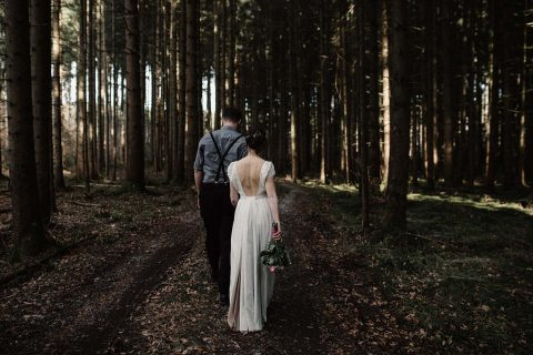 Into the wood: Waldhochzeitsinspiration zu Zweit