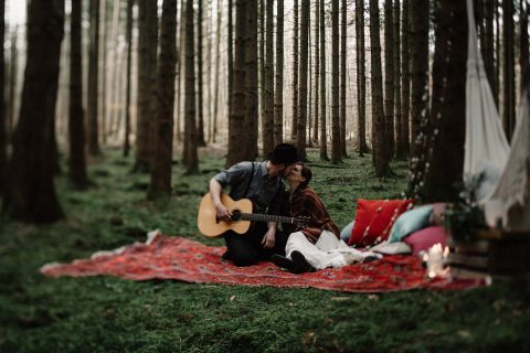 Into the wood: Waldhochzeitsinspiration zu Zweit