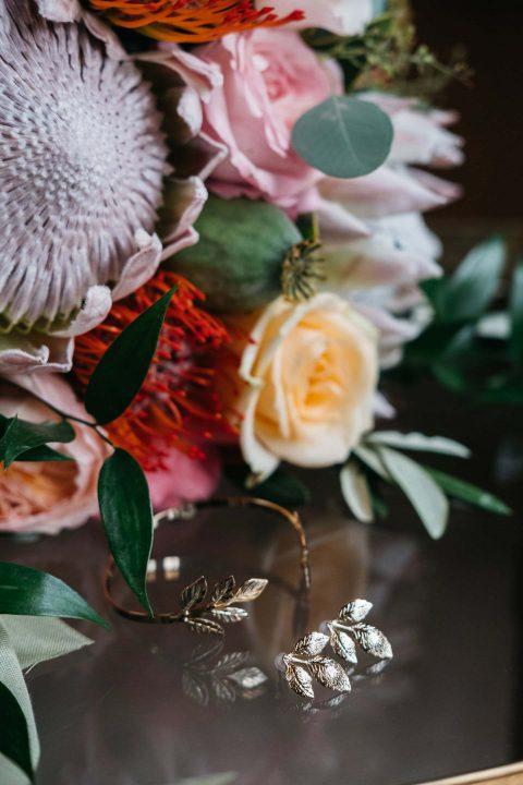 Susanne & Oliver: Boho-Blütenhochzeit in Gold