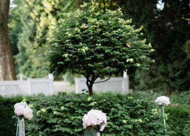 Katrina & Florian: Binationale Sommer-Gartenhochzeit