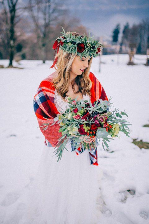 Winterliche Alpenhochzeit in Beerentönen