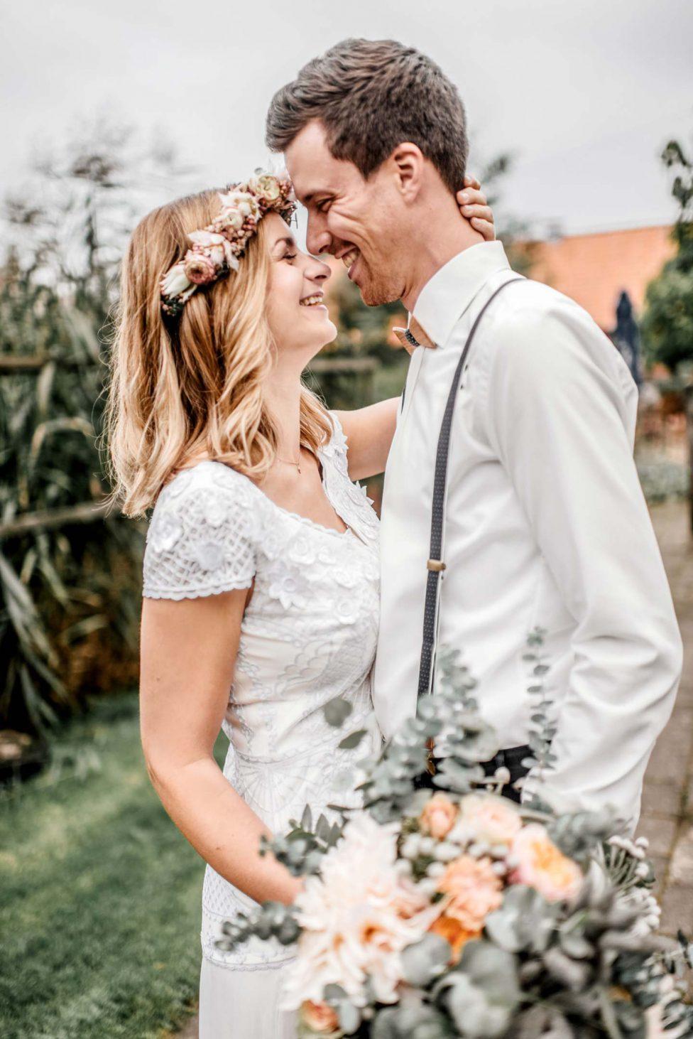 Pfirsichfarbene Hochzeitsinspiration auf dem Land
