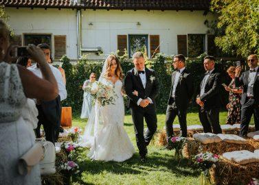 Jessie & Luca: Romantische Boho Gartenhochzeit