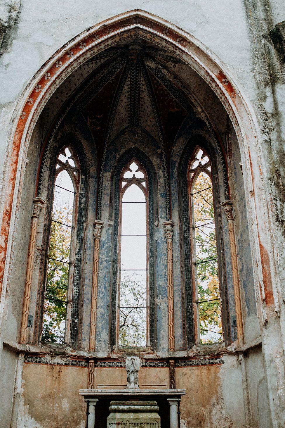 In Nebel gehüllte Herbst-Romantik in der Kirchenruine Wachau