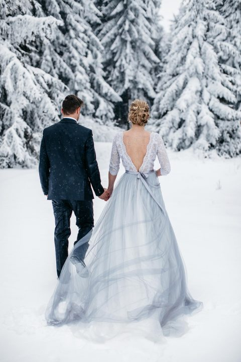 Grau-blaue Winterhochzeitsidee im Wald