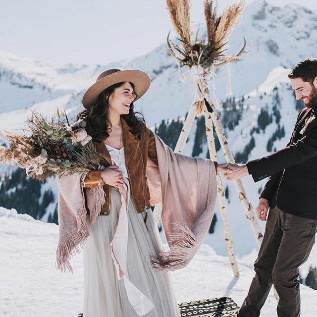Hochzeitspicknick in verschneiter Bergkulisse