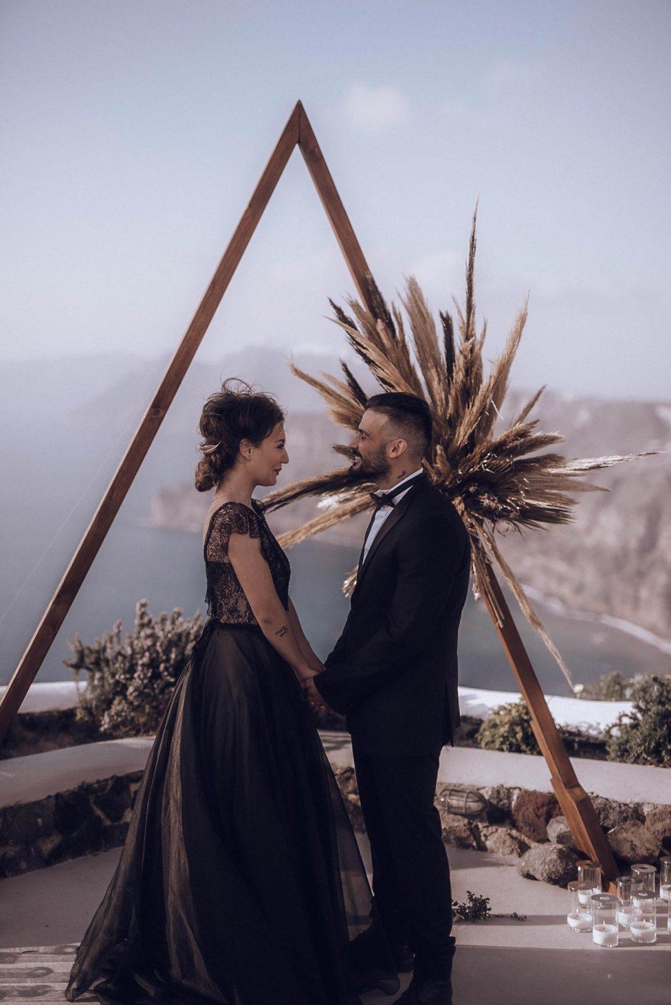 Schwarz & Gold: Boho-Glam in Santorini