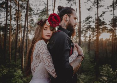 Rotfarbene Boho-Gypsy-Hochzeitsinspiration