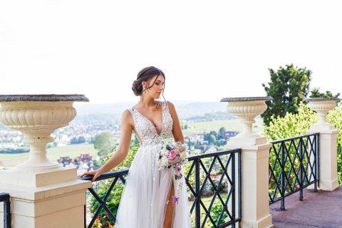 Flügelschlagende Schmetterlinge und ein sexy Hochzeitskleid