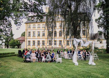 Schloss Jägersburg: Klassische Hochzeit mit Boho-Twist